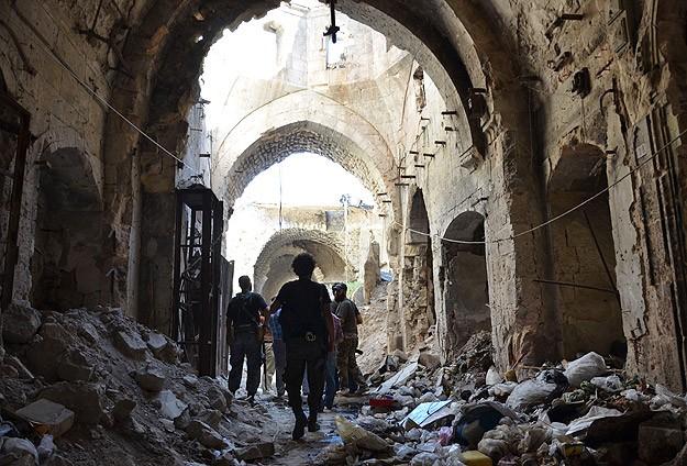 Halep'teki tarihi Emevi Camisi içinde keskin nişancı savaşı