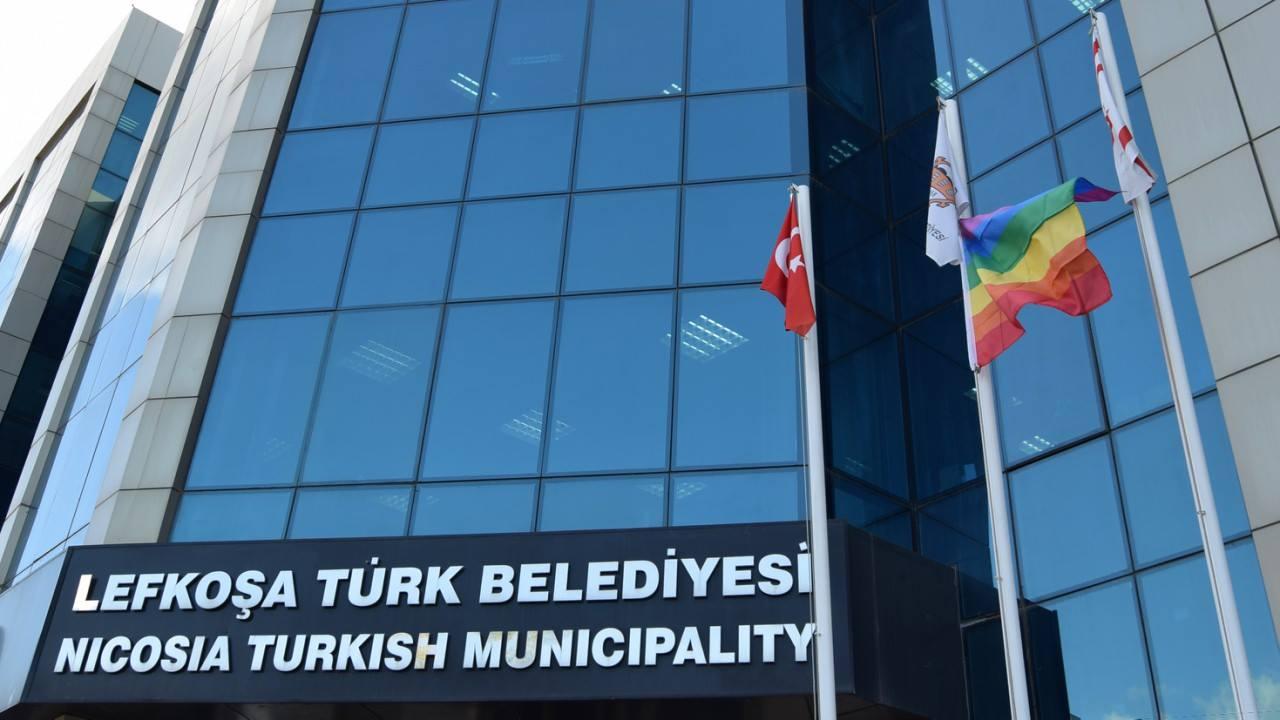 Lefkoşa Türk Belediyesi LGBT bayrağı astı