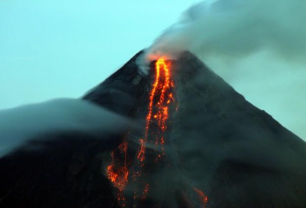 Endonezya'da yanadağ patladı