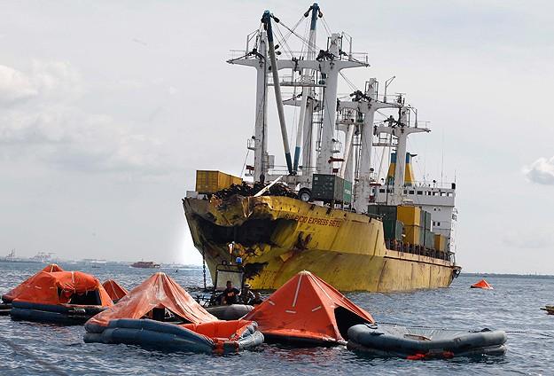 Filipinler'de feribot ile kargo gemisi çarpıştı