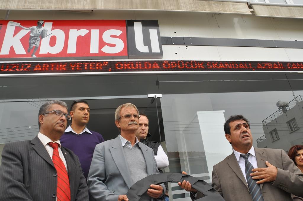 KTÖS, KIBRISLI GAZETESİNİ SİYAH ÇELEKLE PROTESTO ETTİ