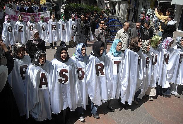 Başörtüsü yasağını kaldıran Türkiye İslamofobiyle mücadelenin lideri olacak