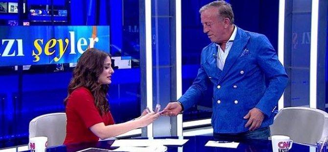 TV sunucusu Ali Ağaoğlu'nun cebineki parayı saydı