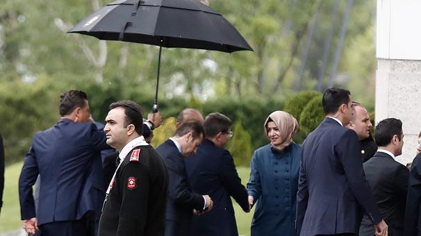 MYK sona erdi! Davutoğlu'nun açıklama yapması bekleniyor