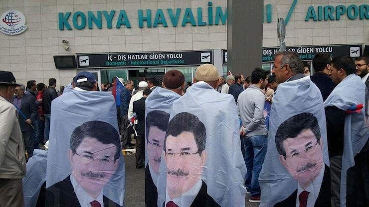 Davutoğlu'nu 'pelerin'lerle karşıladılar