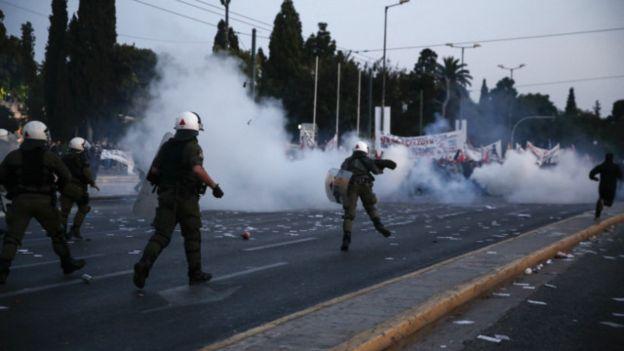 Yunanistan alev alev: Parlamento tasarruf tedbirlerini onayladı