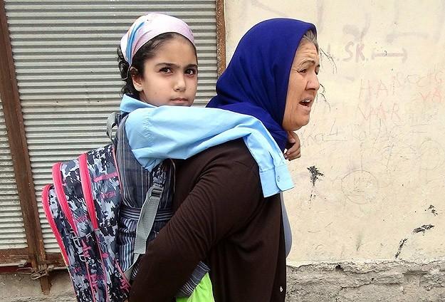 Anne sırtında okula gidiyor