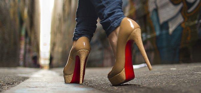 İngiltere'de topuklu ayakkabı dayatmasına karşı kampanya