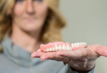 Zayıflamak isterken dişlerini kaybetti