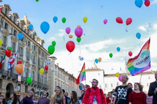 İtalya'da eşcinsellere 'medeni birliktelik' hakkı verildi