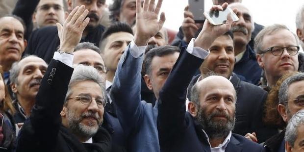 """Can Dündar """"Yurt dışına kaçtı"""" iddialarına yanıt verdi: Hiç sevinmesinler, ülkeyi hırsıza uğursuza bırakacak değiliz!"""