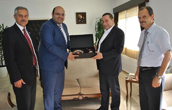 Denktaş, Erzurum Aziziye Belediye Başkanı'na çanak çömlek hediye etti