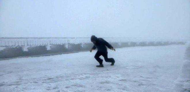 175 kilometre hızla esen rüzgara karşı yürüdü