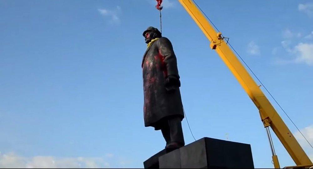 Bir Lenin heykeli daha yıkıldı