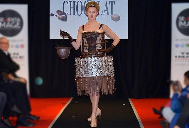 Çikolatadan elbiseler podyumda