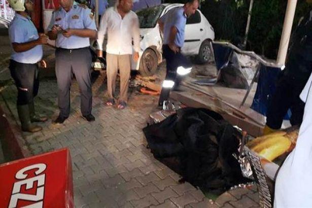 Otomobil kokoreççi dükkanına girdi: 2 ölü