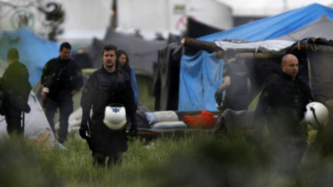 Polis, İdomeni mülteci kampını tahliye ediyor