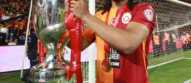 Kupayı kaldırdı, Galatasaray'a veda etti