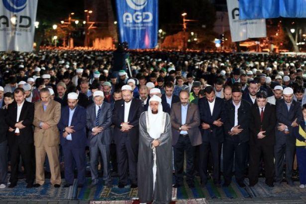 Mekke'den imam getirtip 'Fetih namazı' kıldılar!