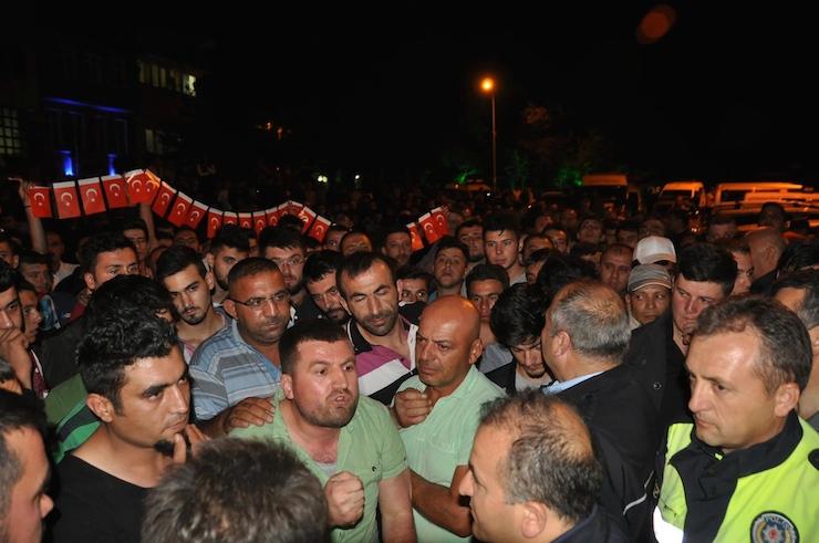 'Türk bayrağı yakıldı' söylentisiyle üç işçi öldürülmek istendi