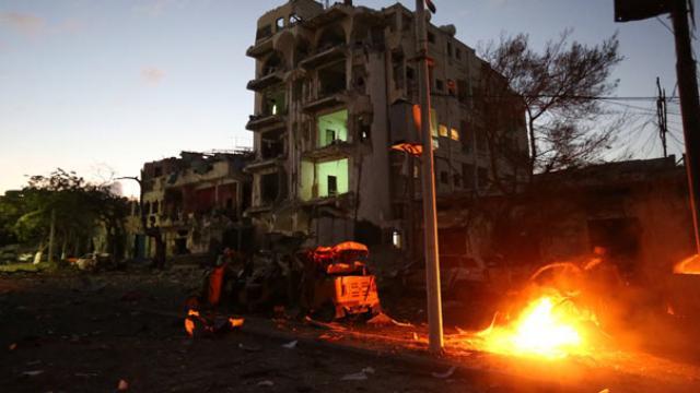 Otelde bomba patladı, milletvekilleri silahla vuruldu