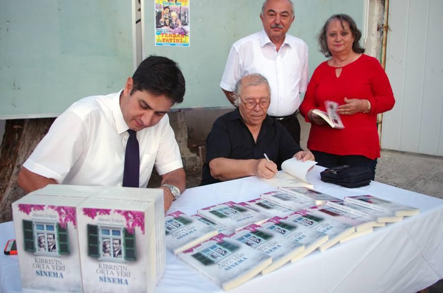 Ahmet Tolgay, kitabını kanserliler için imzaladı