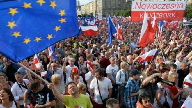 Polonya'da binlerce kişi hükümeti protesto etti