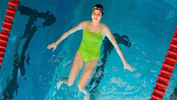 Olimpiyatlarda yarışacak Suriyeli yüzücü, botunu yüzerek itip Midilli'ye ulaşmış