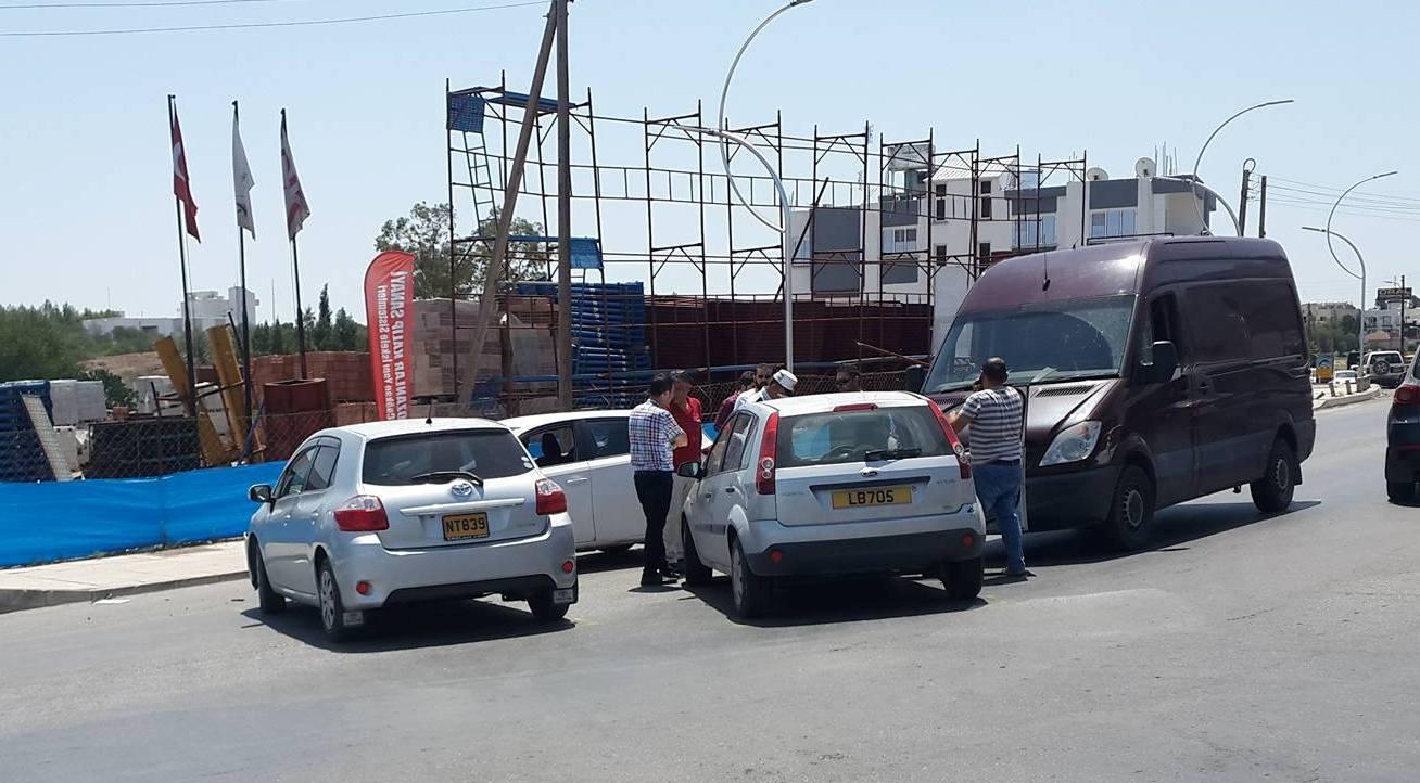 Lefkoşa'da Zincirleme Trafik Kazası, 4 araç birbirine girdi