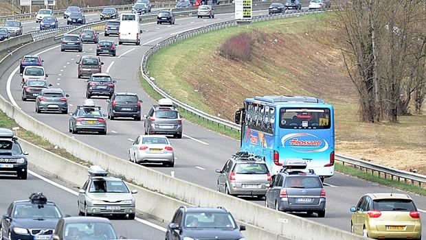 Fransa'da turist otobüsü saldırıya uğradı, 6 yaralı