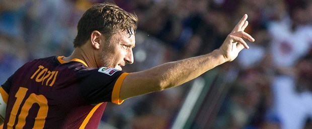 Totti bir yıl daha yeşil sahalarda