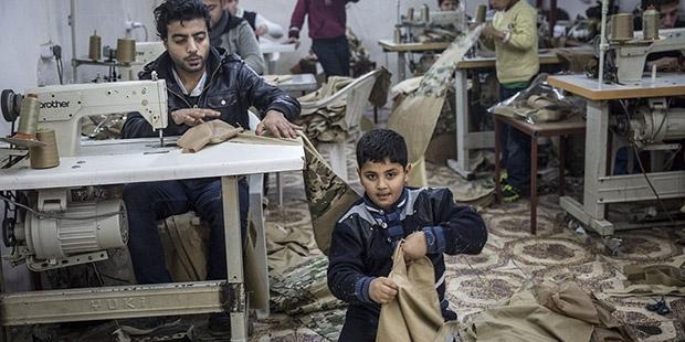 İngiliz Daily Mail: IŞİD 'üniformaları' Antakya'da bir atölyede Suriyeli çocuklara diktiriliyor!