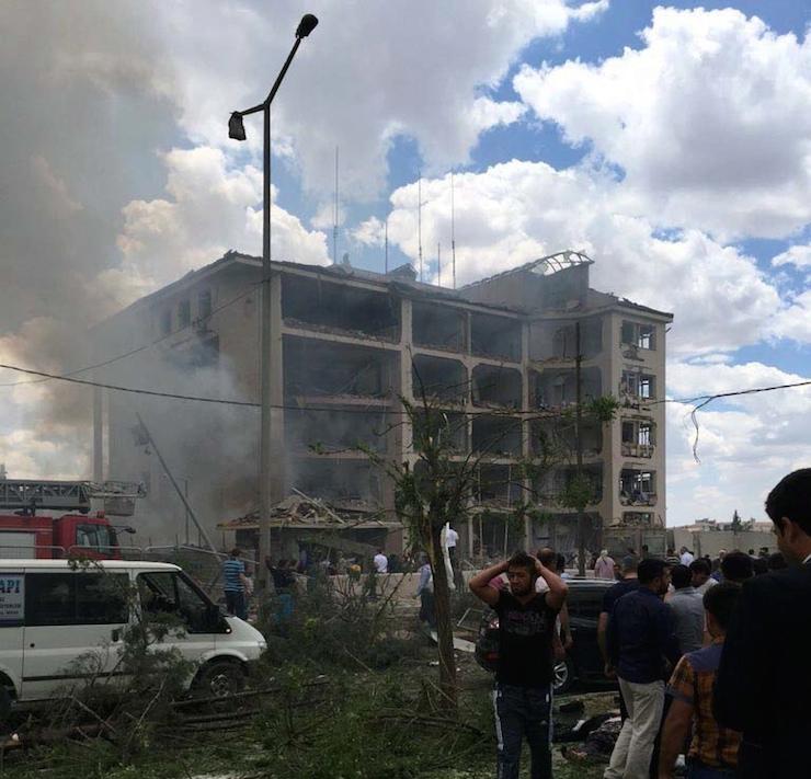 Midyat'ta bir polis, iki vatandaş hayatını kaybetti, en az 30 yaralı