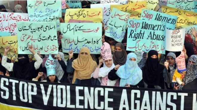 Pakistan'da anne, sevgilisiyle evlenen kızını yakarak öldürdü