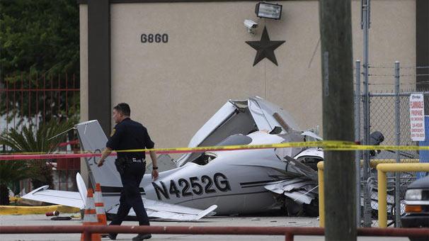 ABD'de küçük uçak park yerindeki aracın üzerine düştü