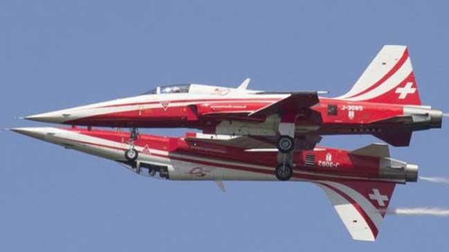 İsviçreli akrobasi ekibi uçakları havada çarpıştı