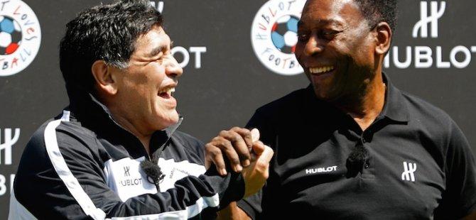 En büyük kim: Futbol efsaneleri Maradona ve Pele, Paris'teki gösteri maçında buluştu!
