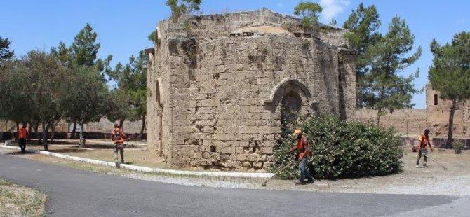 Gazimağusa Belediyesi Tarihi Eserlerde temizlik çalışması yapıyor