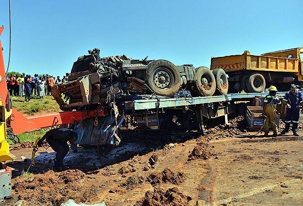 Güney Afrika'da otobüs kamyonla çarpıştı