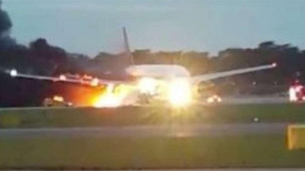 Acil iniş yapan yolcu uçağı alev aldı