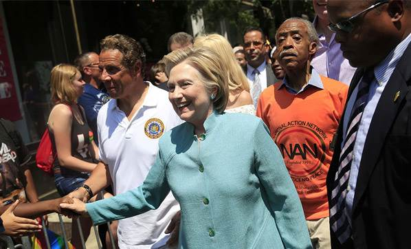 Hillary Clinton LGBTİ yürüyüşüne katıldı