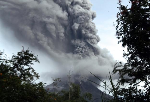 Endonezya'da 2 yanardağ faaliyete geçti