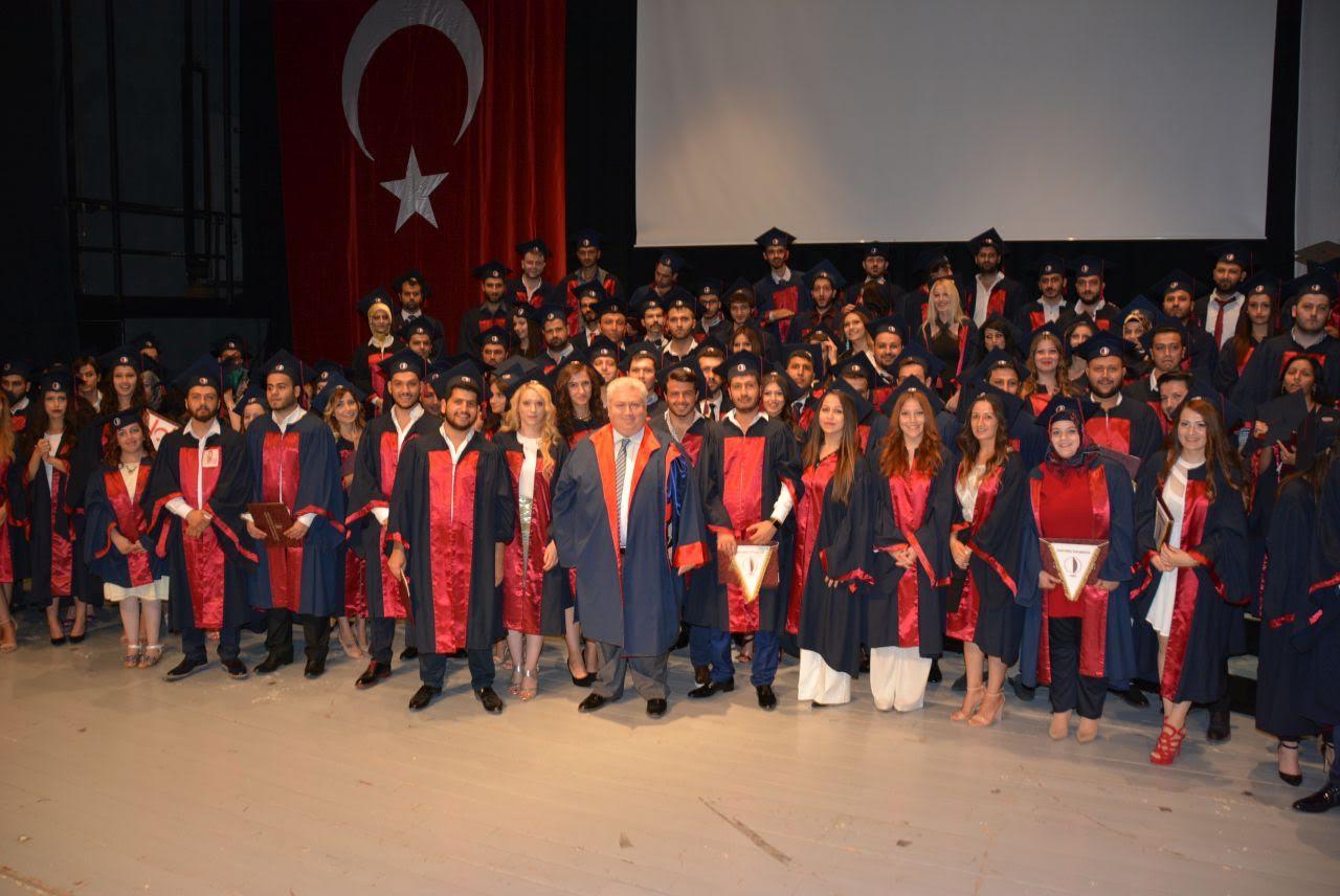 YDÜ Hukuk Fakültesi mezunları diplomalarını aldı