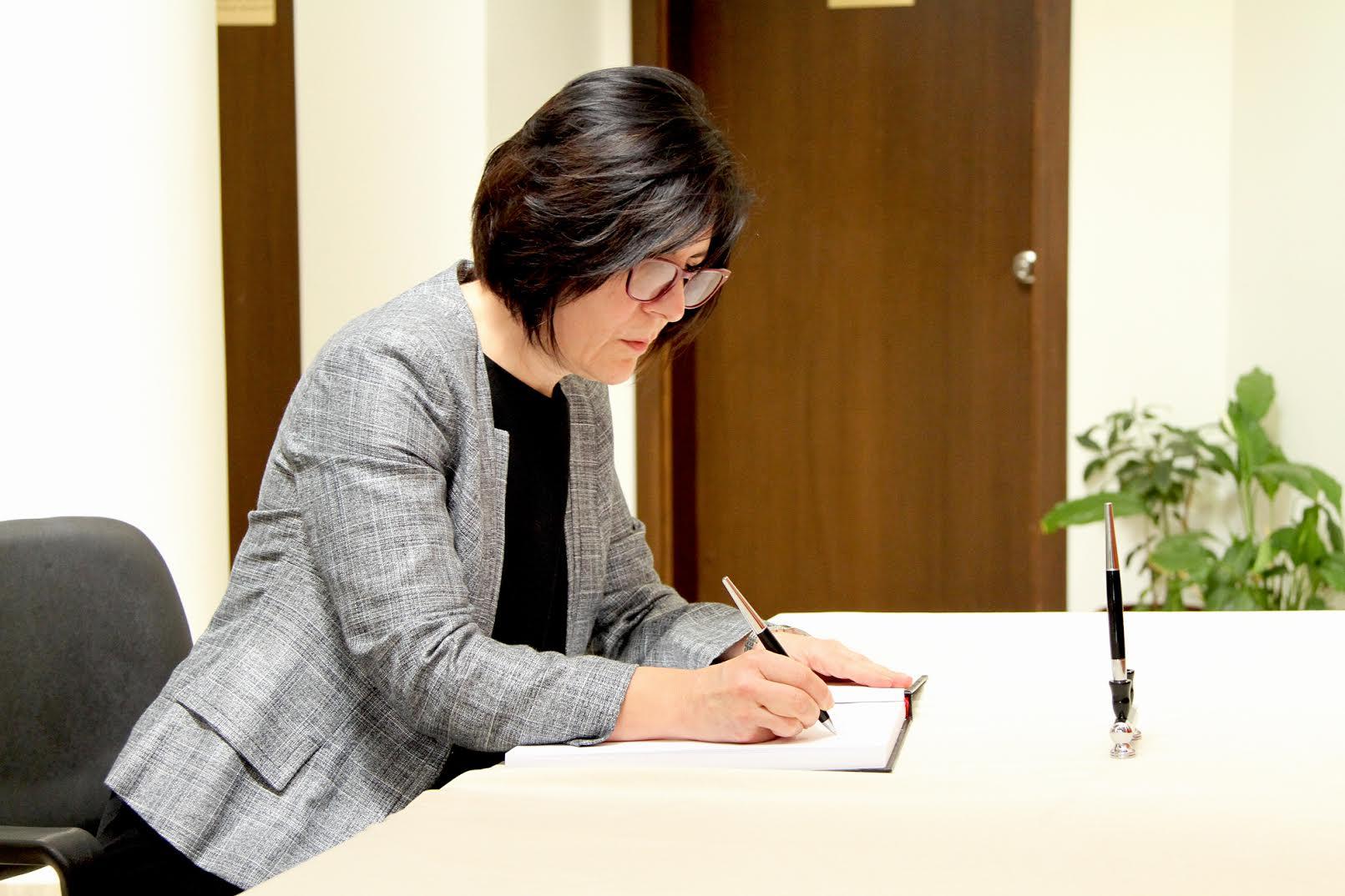 Siber, Türkiye Cumhuriyeti Büyükelçiliğinde açılan taziye defterini imzaladı.