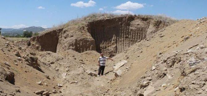 1800 yıllık höyüğü kepçeyle kaçak kazı yaparken tahrip ettiler!