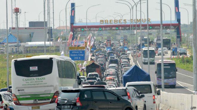 Endonezya'da 12 kişi tıkanan trafikte beklerken öldü
