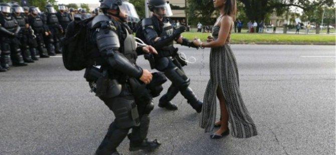 ABD'de siyah hakları protestolarının simgesi haline gelen fotoğraf