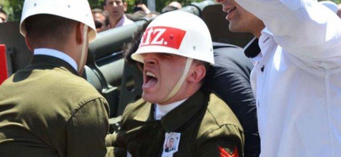 Şehit cenazesinde askerin ayağı top arabasının altında kaldı!