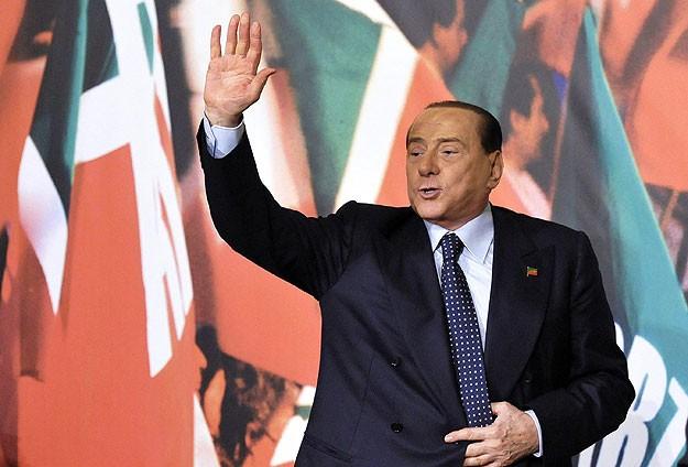 Berlusconi senatörlükten azledildi