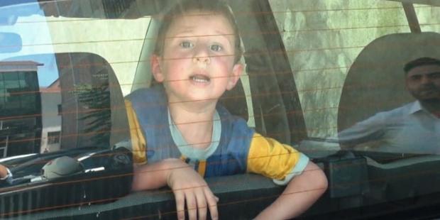 Sorumsuz babanın arabada kilitli bıraktığı çocuğu ölümden döndü!